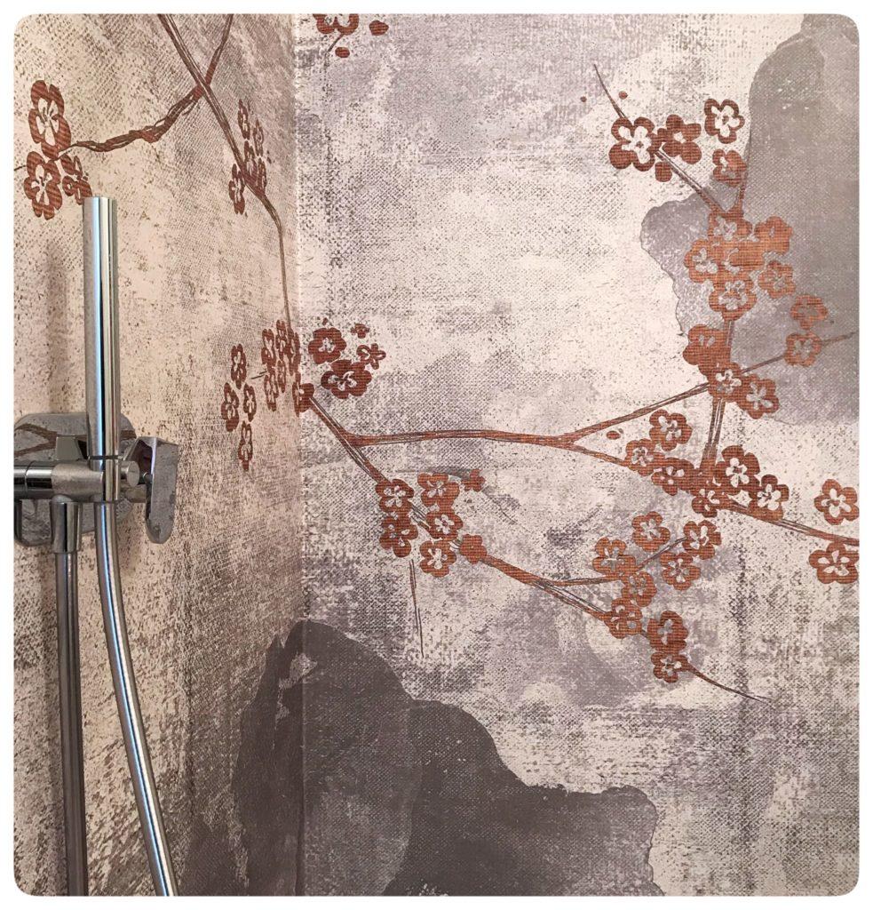 Rivestimento interno doccia realizzato con carta da parati @londonart